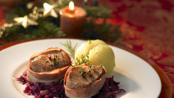 Rezept: Schweinefilet im Baconmantel mit Rotkohl und Kartoffelknödel