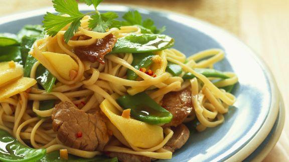 Rezept: Schweinefilet mit Bambus, Kaiserschoten und Asia-Nudeln