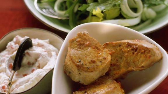 Rezept: Schweinefilets, Rucola-Sellerie-Salat und Paprikadip