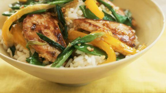 Rezept: Schweinefleischpfanne mit Paprika und Zuckerschoten dazu Reis