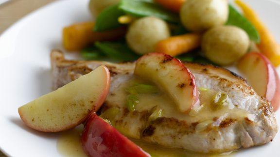 Rezept: Schweinekarrees mit Äpfeln und Gemüse