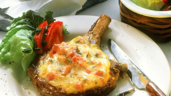Rezept: Schweinekotelett mit Käsehaube und Salat