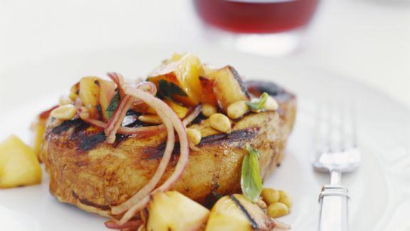 Rezept: Schweinekotelett vom Grill mit Äpfeln und Zwiebeln