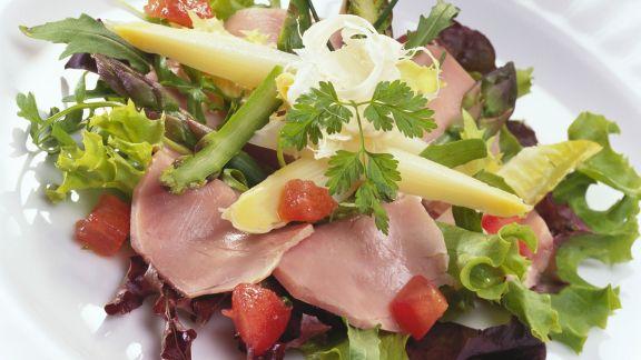 Rezept: Schweinelende mit Spargel auf Blattsalat