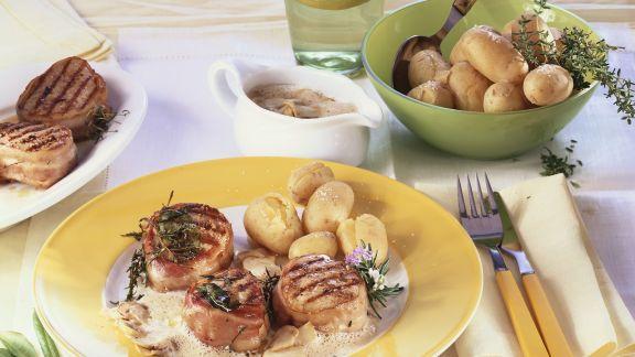 Rezept: Schweinemedaillons mit Bacon-Mantel und Kartoffeln
