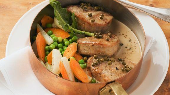 Rezept: Schweinemedaillons mit Pfeffersoße und Sommergemüse