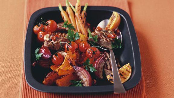 Rezept: Schweinemedaillons vom Grill mit Gemüse und Orangen