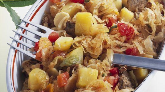 Rezept: Schweineragout mit Sauerkraut, Tomaten und Kartoffeln