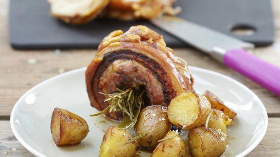 Rezept: Schweinerollbraten mit gebratenen Kartoffeln und Kräutern