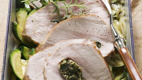 Rezept: Schweinerücken mit Kräutern gefüllt dazu Zucchinigemüse