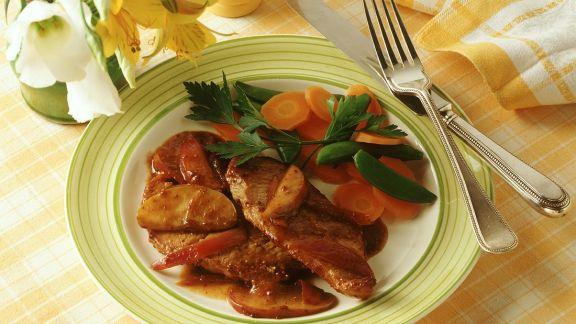 Rezept: Schweineschnitzel mit Apfelsauce und Gemüse