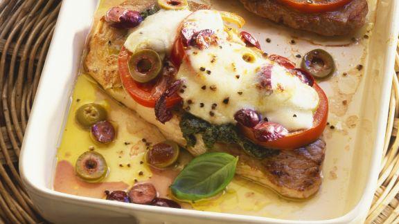 Rezept: Schweineschnitzel mit Caprese-Haube (Tomate, Mozzarella, Pesto)