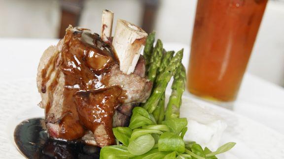 Rezept: Schweinshaxe mit grünem Spargel und Feldsalat