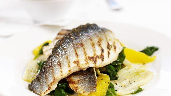 Rezept: Seebarsch vom Grill mit Spinat und Orange