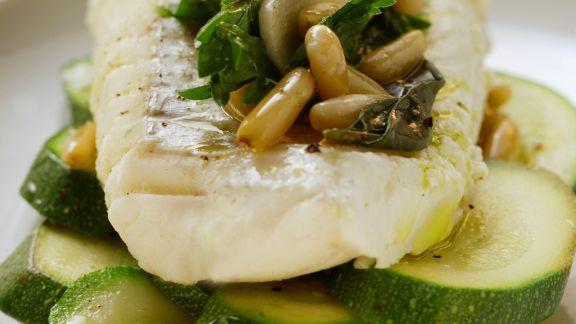 Rezept: Seelachsfilet mit Zucchini und Pinienkernen