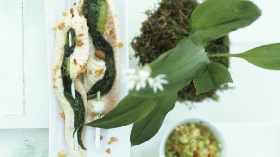 Rezept: Seezungen-Bärlauch-Spieße mit Nüssen und Melonensoße