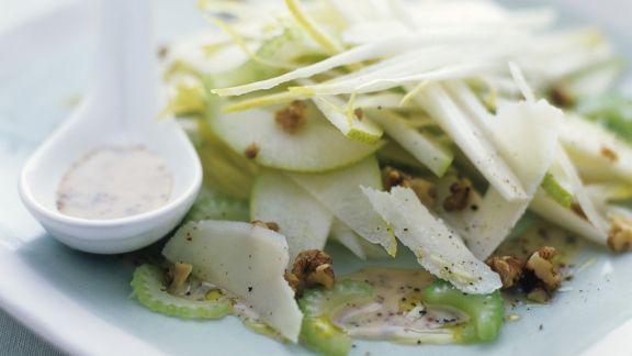 Rezept: Selleriesalat mit Äpfeln, Walnusskernen und Parmesan
