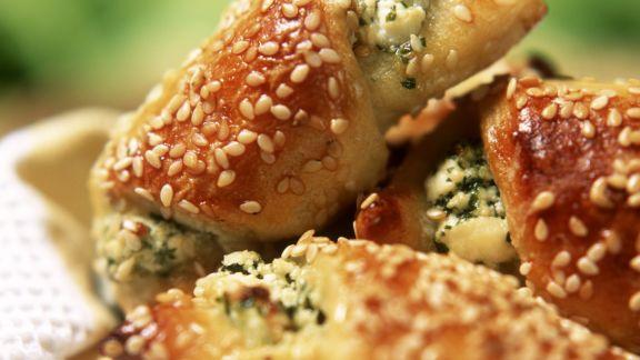 Rezept: Sesam-Kartoffel-Hörnchen mit Fetafüllung