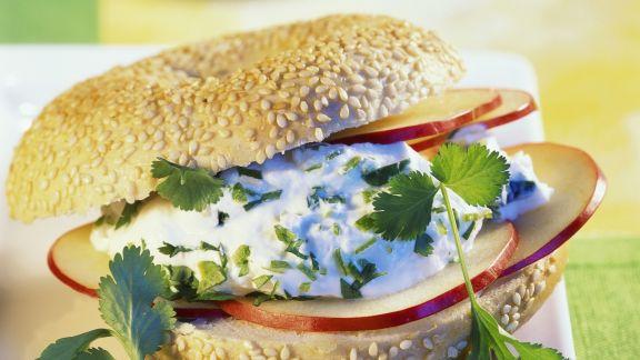 Rezept: Sesambagel mit Frühlingsquark und Apfel
