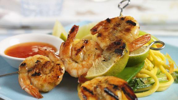 Rezept: Shrimps-Spieße mit Nudeln und scharfer Soße