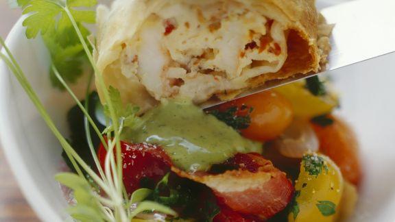Rezept: Shrimps-Strudel mit Tomatensalat und Basilikumsoße