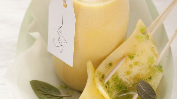 Rezept: Veganes Mango-Lassi mit Ananas-Spieß