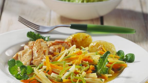 Rezept: Sommerliche Hähnchenbrust mit Gemüse und gerösteten Kartoffeln