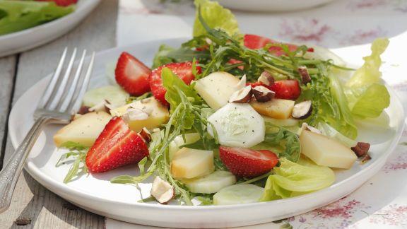 Rezept: Sommerlicher Salat mit Erdbeeren, Gurken, Nüssen und geräuchertem Schafskäse