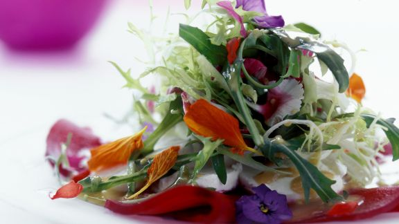 Rezept: Sommersalat mit essbaren Blüten