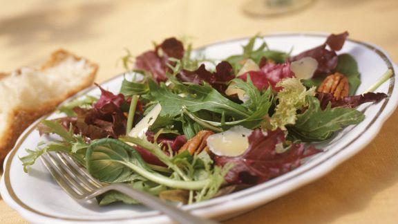 Rezept: Sommersalat mit Pekannüssen und Parmesan