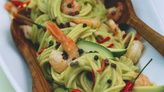Rezept: Spaghetti mit Avocado, Shrimps, Chilis und Pfefferkörnern
