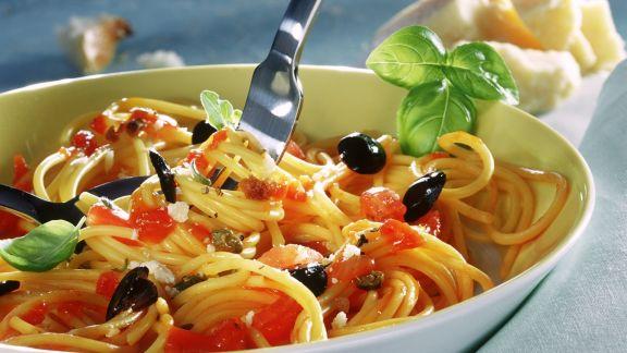 Rezept: Spaghetti mit Tomaten, Oliven und Kapern
