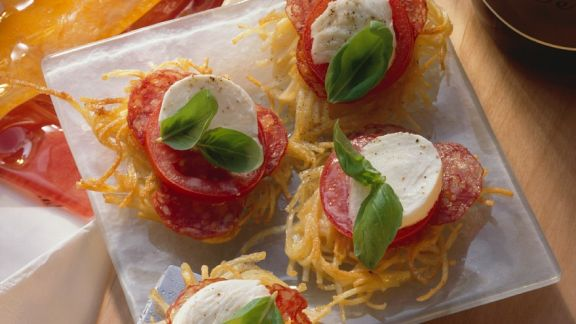Rezept: Spaghettinester mit Tomaten, Mozzarella und Salami