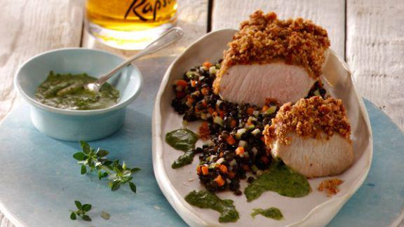 Rezept: Spanferkelbraten auf schwarzem Linsengemüse mit Zitronenthymian-Pesto
