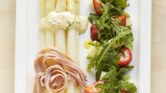 Rezept: Spargel mit Rucola-Erdbeer-Salat