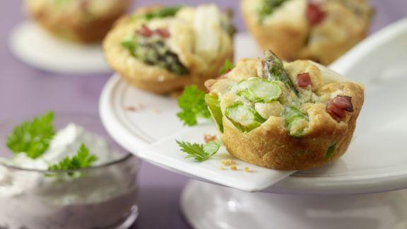 Rezept: Spargel-Muffins mit Kräuter-Dip