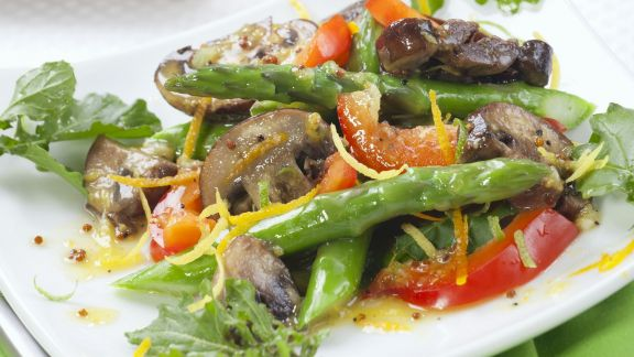 Rezept: Spargel-Pilz-Salat mit Senf-Orangen-Vinaigrette