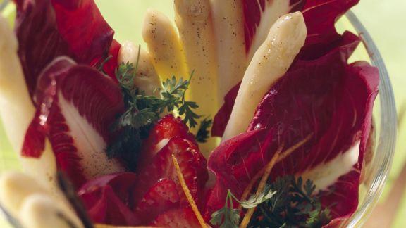 Rezept: Spargel-Radicchio-Salat mit Erdbeeren und Vanilleöl