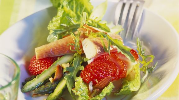 Rezept: Spargelsalat mit Erdbeeren, geräucherter Forelle und Mandeln