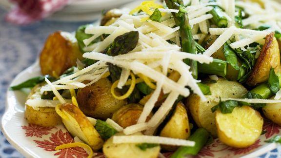 Rezept: Spargelsalat mit gebratenen Kartoffeln, Parmesan und Zitronenzesten