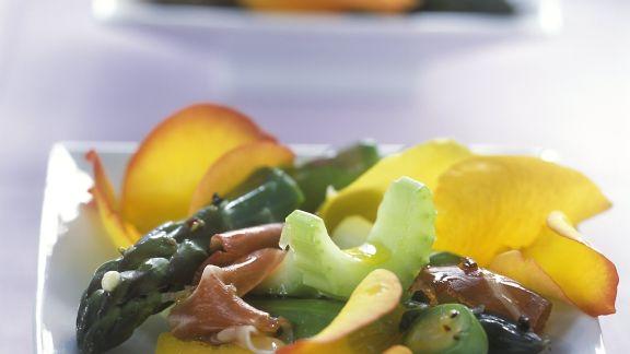 Rezept: Spargelsalat mit Sellerie, Parmaschinken und Rosenblättern