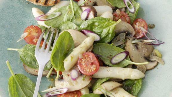 Rezept: Spargelsalat mit Spinatblättern