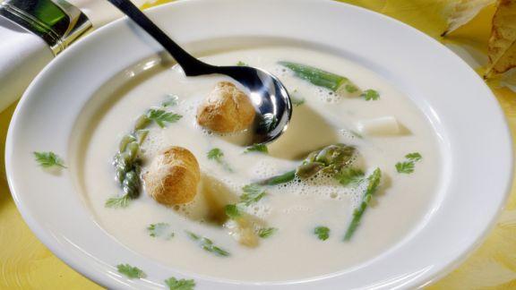 Rezept: Spargelsuppe mit Windbeutel-Croutons