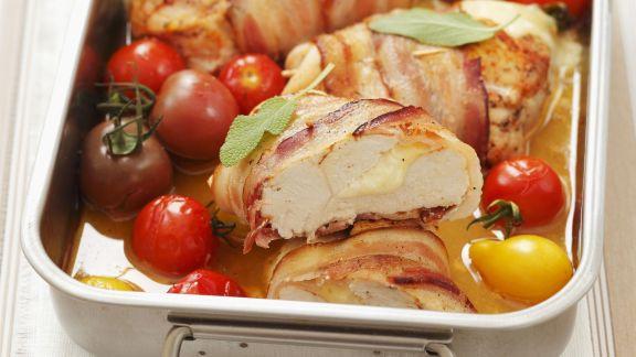 Rezept: Speckhähnchen gefüllt mit Mozzarella dazu Cherrytomaten