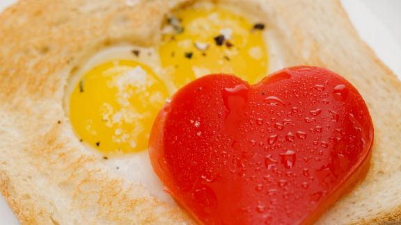 Rezept: Spiegelei-Toast mit Herz aus Paprika