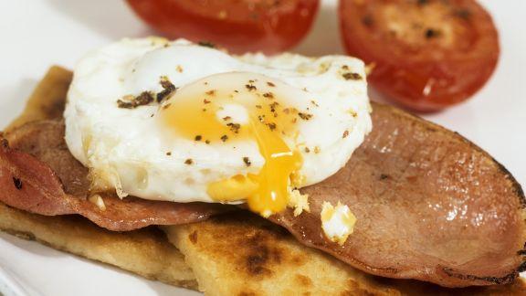 Rezept: Spiegelei und Speck auf Kartoffelbrot