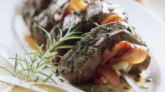 Rezept: Spieße aus Rinderbraten mit Speck und Kräutern