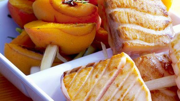 Rezept: Spieße mit Aprikosen und Lachs vom Grill