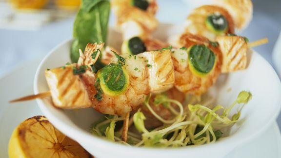 Rezept: Spieße mit Shrimps, Lachs und Zucchini auf Sprossen