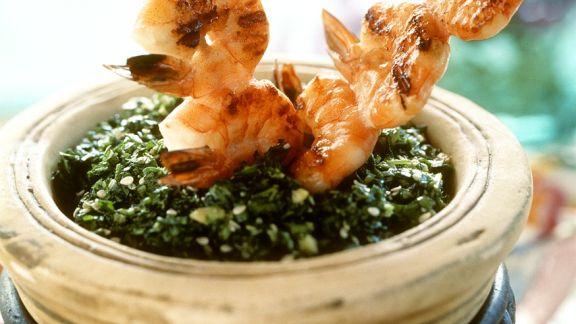 Rezept: Spinat mit Garnelenspießen